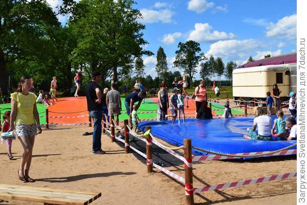Батуты ,одно из развлечений для детей. Внутри парка все развлечения бесплатные.