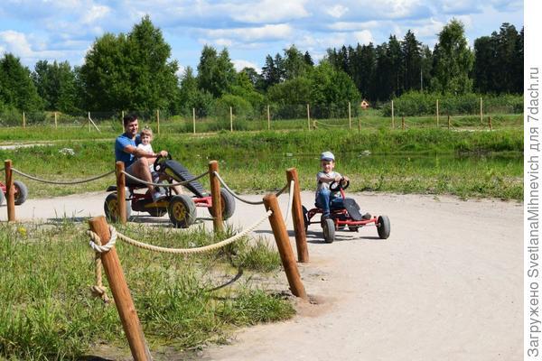 Здесь и взрослые и дети гоняют на велокартинге.Территория  приличная