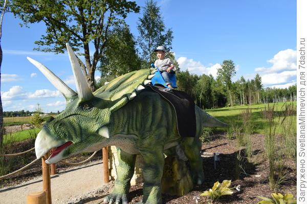 Есть два динозавра , на которых можно всё-таки забраться .Они тоже рычат и шевеляться.