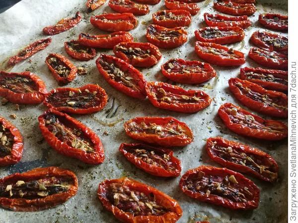 Только из духовки. Если на хлеб намазать мягкий сыр и сверху положить такие томаты, ум отъешь :)