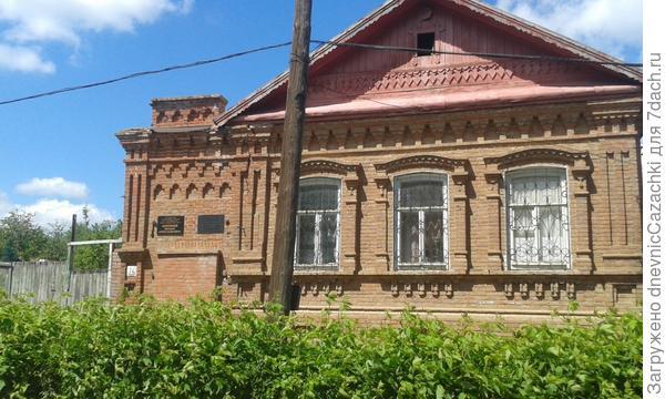 В этом  здании жил Шолохов.