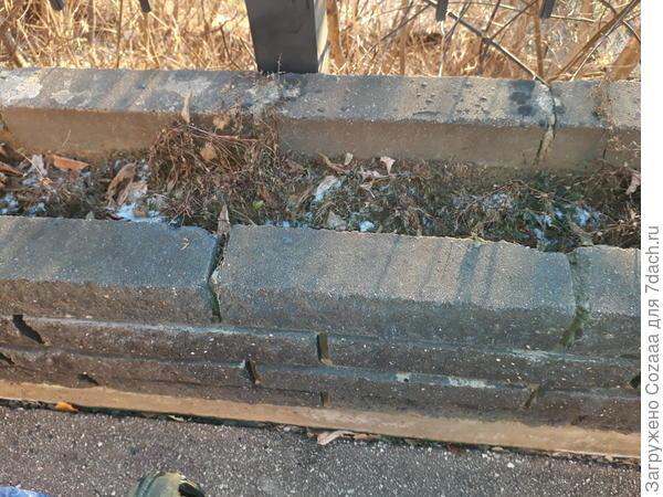 Тут даже не совсем подпорная стенка, а клумба такая приподнятая из фасадных кирпичей ввиде подпорной стенки. Хотя эта стенка ничего не подпирает.