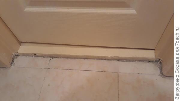 Уложенная плитка на полу в санузле. Особенно возле двери. Видимо, плохо научили, либо новичёк выкладывал. Я, ей Богу, уложу лучше.