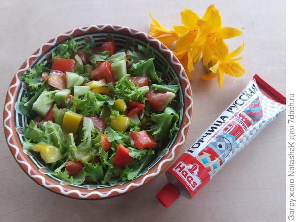 Летний салат с пикантной заправкой