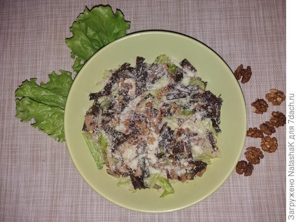 Салат из мангольда с орехами и грибами