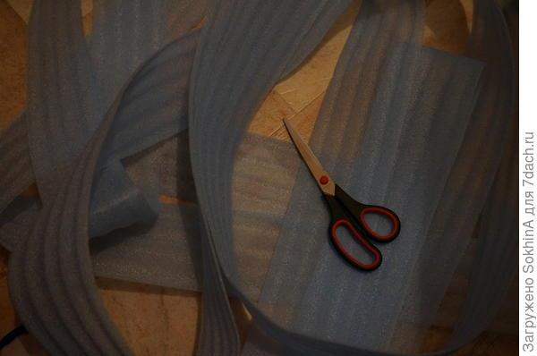 я аккуратно ножницами отрезала полоску от всего рулона (длинной 10 метров )