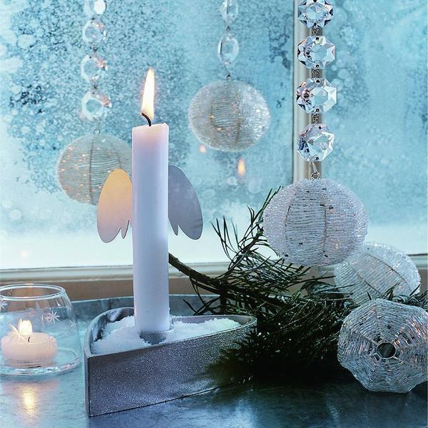 Мягкий свет ароматических свечей с запахами ванили, корицы и имбиря, и цветущие амариллисы и гиацинты на подоконнике