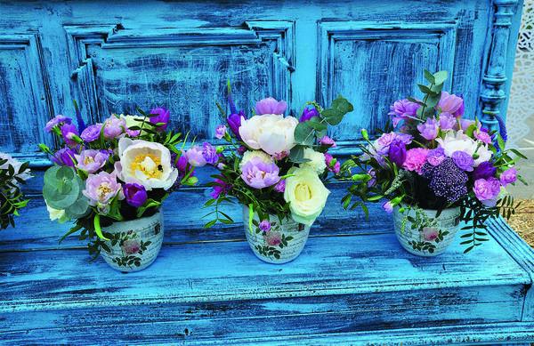 Цветочные вазы и горшки, украшенные декупажем, добавят саду индивидуальности и шарма.