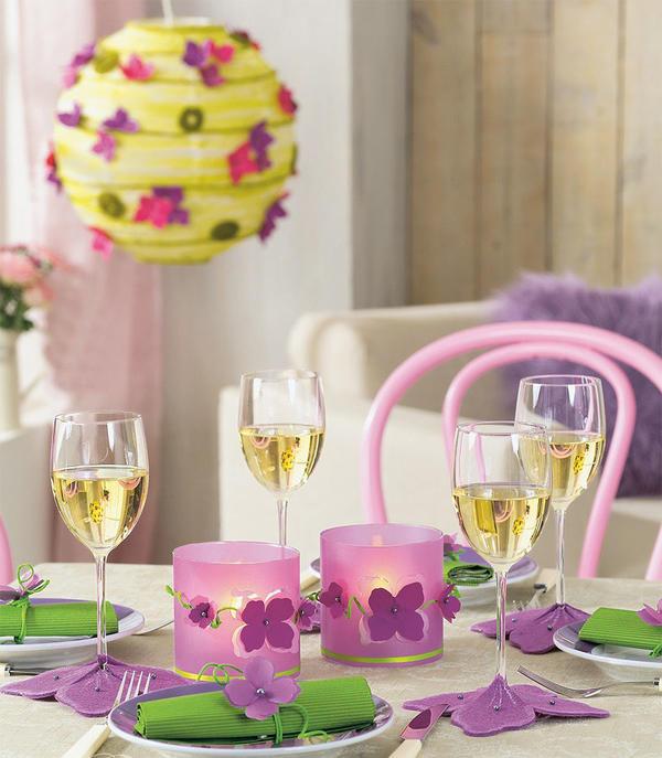 За столом господствуют интенсивный сиреневый и ярко-розовый.