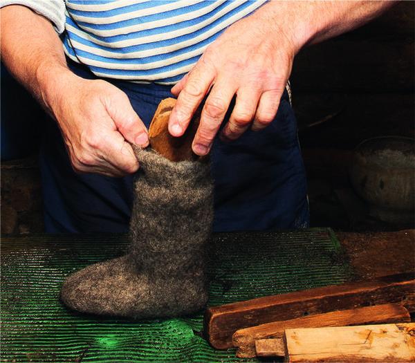 Чтобы придать изделию форму и размер ноги, валяльщик сажает его на соответствующую деревянную колодку, состоящую из 4 частей - головки, передника, задника, клина.