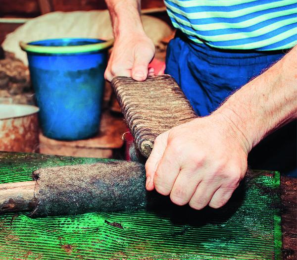 Заготовки одной пары валенок укладывают в повал, сбрызгивают водой и валиком тщательно закручивают.