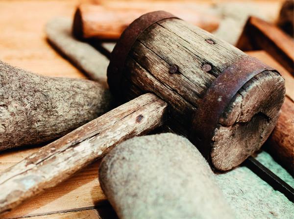 Вековой деревянный молоточек - неизменный помощник валяльщика в освобождении валенка от колодки.