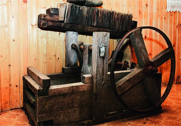 В рабочем состоянии несколько шерстобитных станков. Самый старый - механический, ему больше ста лет. Чтобы вращать колесо, валяльщику требуются недюжинные усилия.