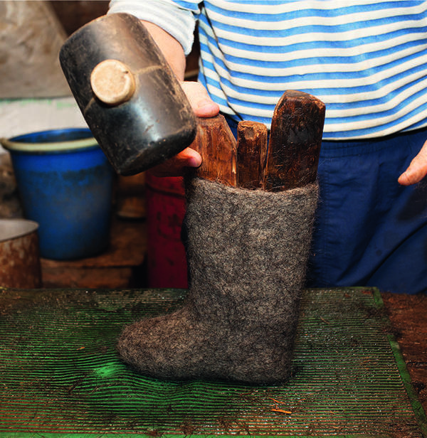 Часто приходится вбивать колодки в будущий валенок специальным молотком.