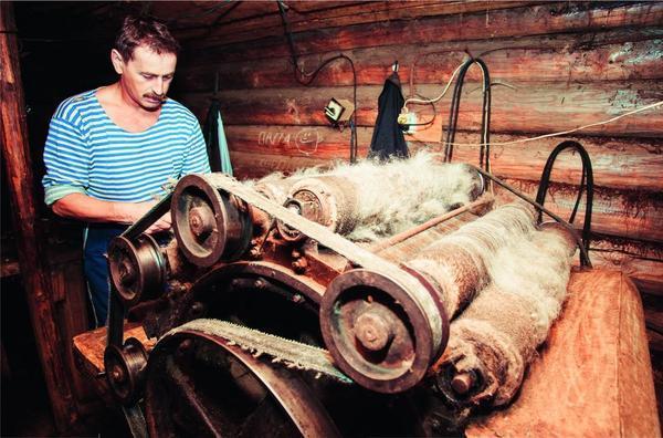 На шерстобитном станке позапрошлого века глава семьи Валерий Соколов перебивает овечью шерсть, тщательно очищенную от колючек и соринок женой Ириной и дочерьми.