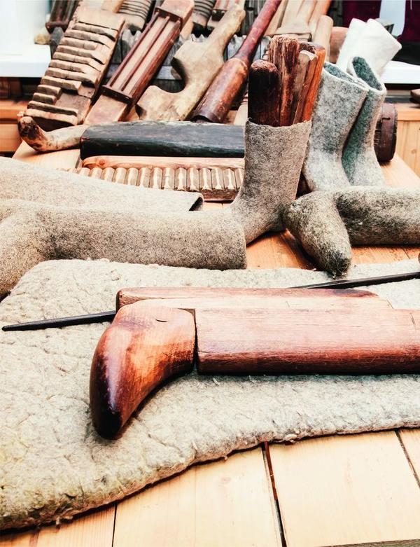 Без этих старинных инструментов валяльщику просто не обойтись.