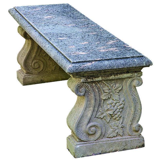 Классическая скамья сделана столь искусно, что ею не зазорно украсить даже королевский сад.
