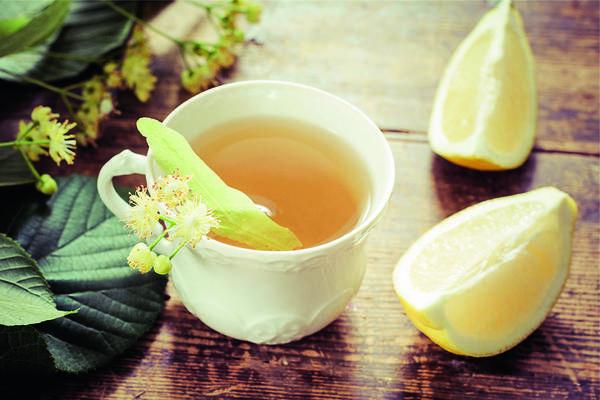 При первых признаках простуды заварите общеукрепляющий чай с липовым цветом, лимоном и медом.