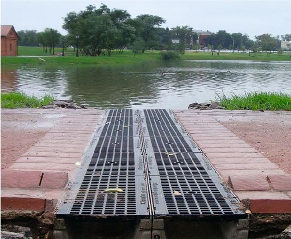 Обычно вода из дренажных каналов отводится по трубам