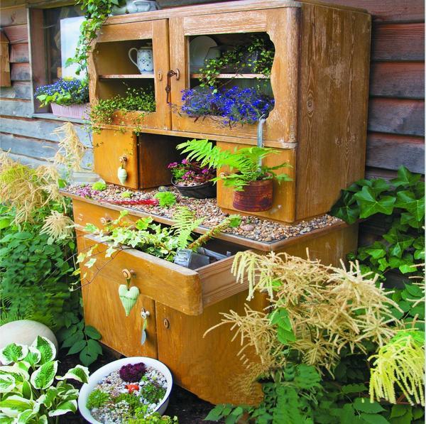 У старого бабушкиного шкафа есть еще порох в пороховницах! Поставьте его в саду под навесом и высадите в ящичках и на полках разные растения. Красота!