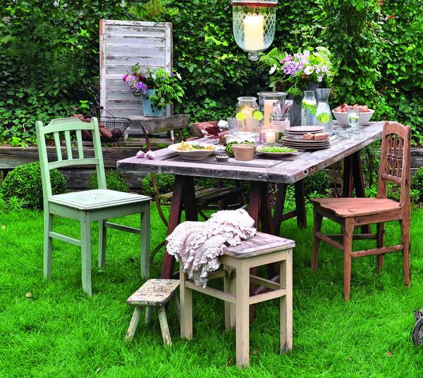 Все недостатки старых вещей превращаются в достоинства, как только предметы «переезжают» из дома в сад. Главное -  найти для аксессуара подходящее место.