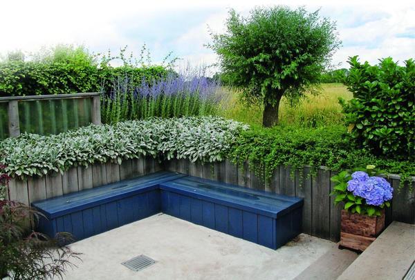 Пряные травы помогут создать зону релакса для садовой ароматерапии.