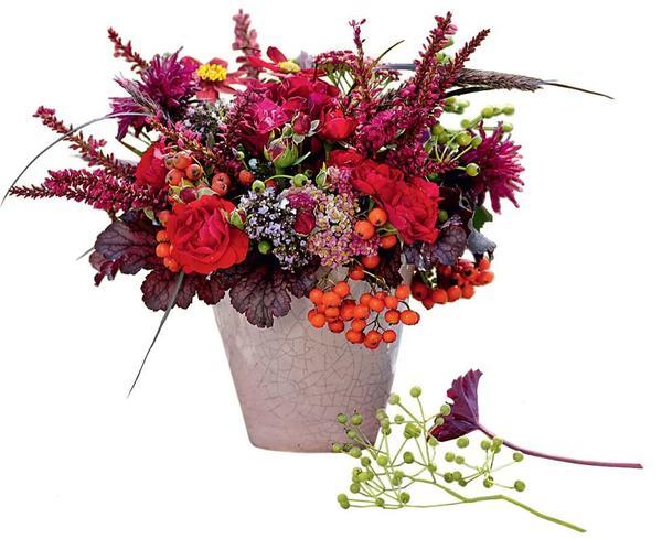 Красный букет из горца свечевидного, роз, монарды, гейхеры и пеннисетума лисохвостовидного зажжет даже самый скромный уголок.