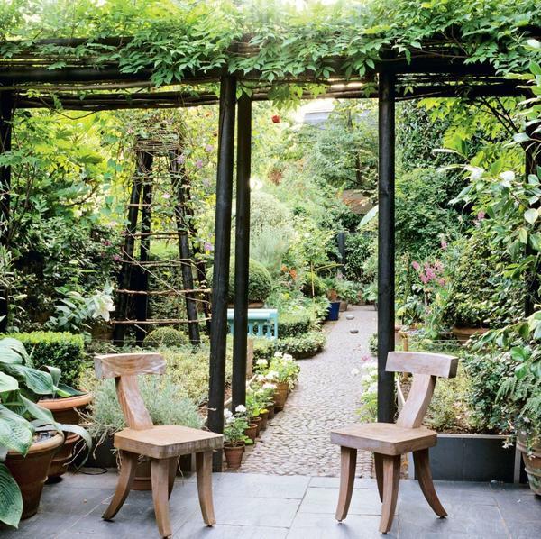 Такие сооружения визуально не ограничивают пространство сада
