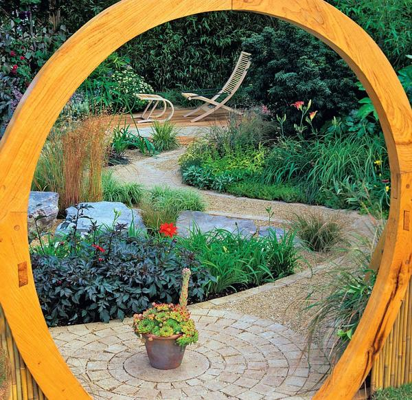 Пройдя по мощеной дорожке через оригинальную деревянную арку, попадаешь в зону релакса