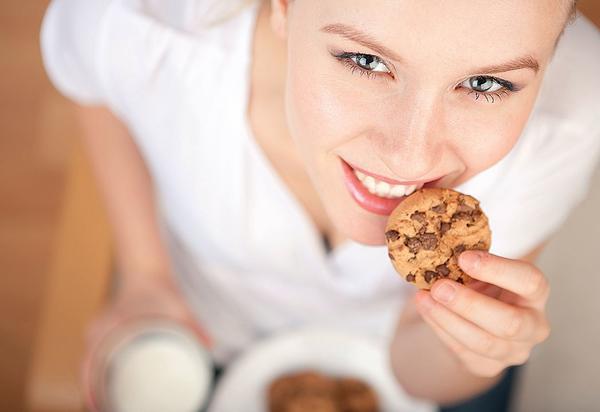 Не спешите! Откусите кусочек, хорошенько пожуйте его, затем сделайте глоток воды. Мозг получает сигнал об утолении голода только через 15-20 минут после того, как вы начали трапезу. Чтобы не переесть, не торопитесь!
