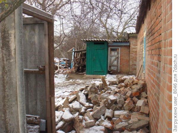 старый летний душ и туалет. сломали старые сараи