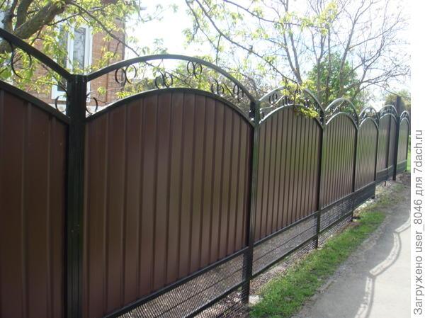 поставили новый забор.