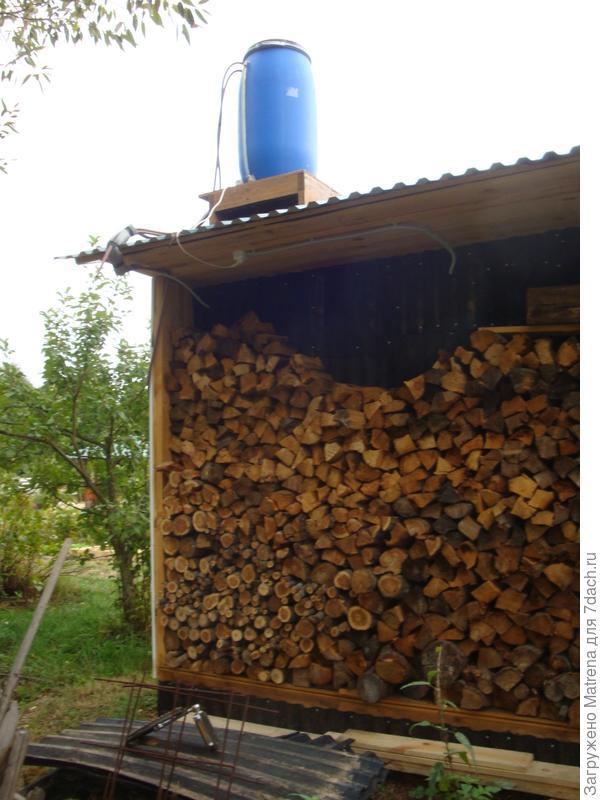 Сзади сделали нишу под крышей для дров
