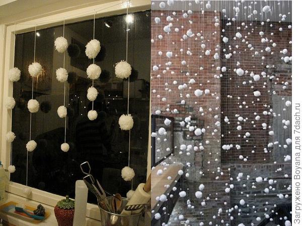 Гирлянды из помпонов на окне и в дверном проеме. Фото с сайта /https://ru.pinterest.com/
