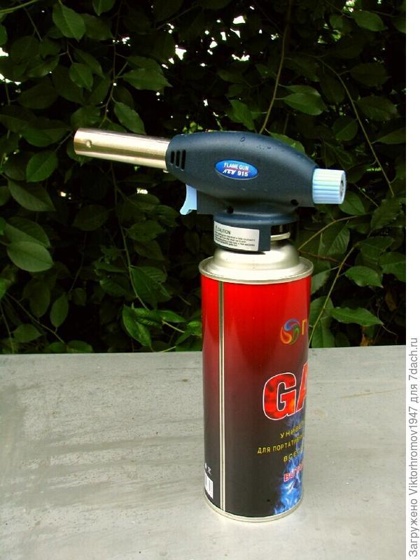 В прошлом году в магазине ОБИ была куплена (не дорого) портативная газовая горелка с бллончииком.