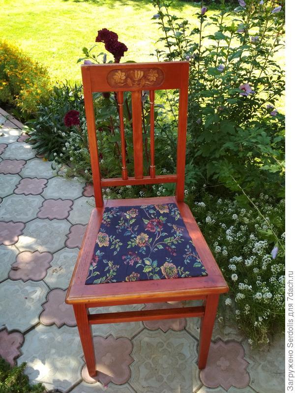 А вот и стул....да ему место только на даче, но не перестаёт быть любимым!