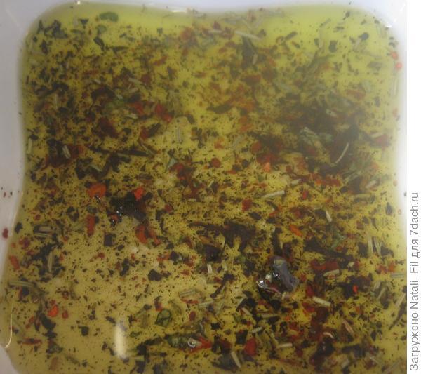 Сухую смесь, соль, перец залить оливковым маслом и дать настояться.