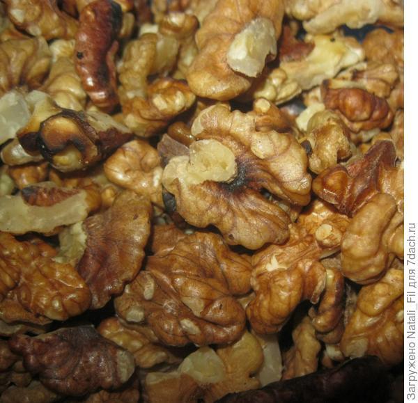 Орехи грецкие помыть, и обжарить на раскаленной сковороде.