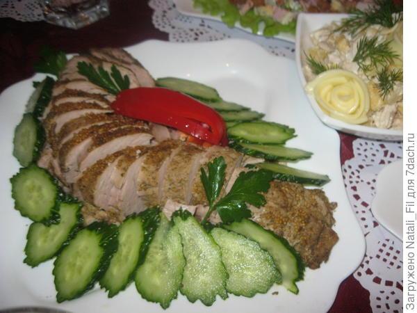 готовое мясо нарезать кусочками и украсить свежими овощами и зеленью. Приятного аппетита!