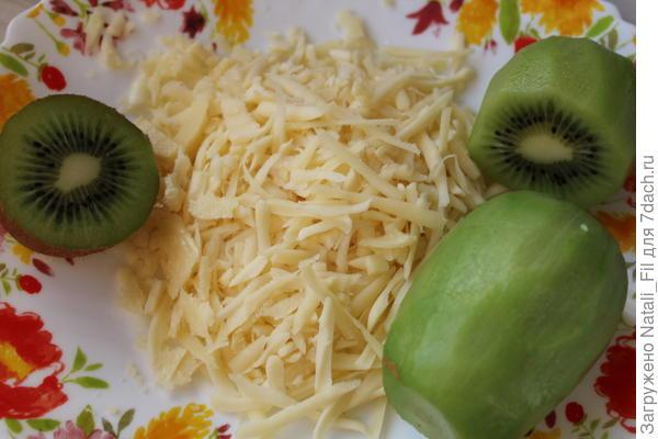 Пока запекается кура,  готовим соус. Киви помыть и очистить. Сыр натереть на крупной терке.