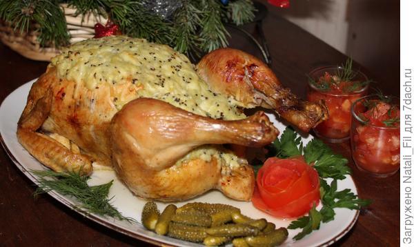 Часто экспериментирую с запеканием кур, куриного филе с различными добавками. Киви, сыр и чеснок прекрасное дополнение к куриному мясу.аждое мясо имеет свой ярко выраженный вкус, который необходимо подчеркнуть и сделать более выразительным. Правильно подобранный рецепт поможет жесткому или пересушенному мясу стать более мягким, недосоленному блюду приобрести пикантный вкус, сгладить сильную горчинку, сладость и другие огрехи пищи.