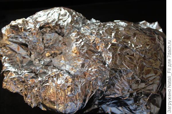 Затем завернуть в фольгу, и поместить в духовку. Запекать при температуре 180-200 градусов 1,5 часа.