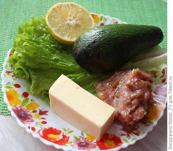 Для приготовления салата потребуется: авокадо - 1 шт., лосось или кета малосоленая - 100-150г, листья  салата - 4-5 штук, мягкий сыр - 80-100 г, сок лимона. Для заправки салата: 1 ч.л. готовой горчицы, 0,5 ч. л. орегано, 1 ст.л. оливкового и 1 ст.л подсолнечного масла.