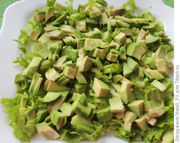 Авокадо очистить от кожицы, удалить косточку, и нарезать кубиками. сбрызнуть  лимонным соком (чтобы авокадо не потемнело).