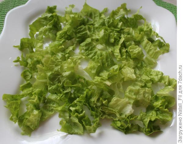 Листья салата порвать на плоское блюдо