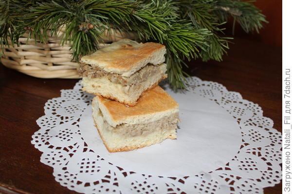 Готовый пирог выдерживаем под салфеткой 10-15 минут, нарезаем на кусочки и подаем к столу. Крепкий заваренный чай с травами  и кусочек пирога продолжит чудесный праздник встречу Старого Нового года. Приятного аппетита!