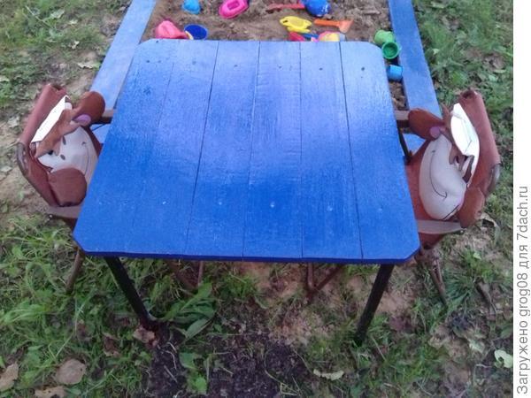 детям муж соорудил маленький столик для игр и песочницу