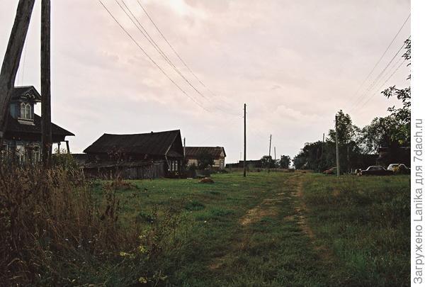 Деревня протянулась примерно на километр...