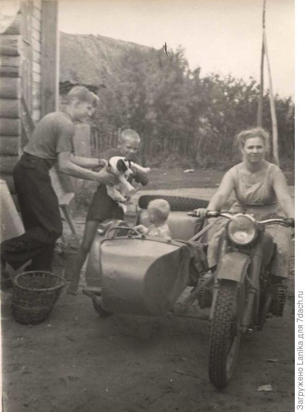 Нечастые встречи в деревне.. Муж мой с щенком в руках, рядом старший брат. Счастливые и веселые времена.