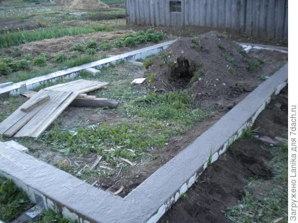 Вот такие фундаменты, на пол метра в глубину. Справедливости ради скажу: это я настояла... Типа, от кротов, и от травы...